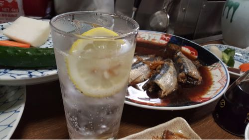 「笹新(人形町)」カウンター前の大皿料理が食欲をそそる大衆酒場
