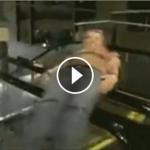 【動画】エスカレーターの手すりでクルクル回る大人がアホすぎる笑